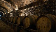 WEINLAGERUNG: 4. VON 6 SCHLÜSSELFAKTOREN: LUFTFEUCHTIGKEIT,   Welches ist eigentlich die ideale Luftfeuchtigkeit für Wein?  Im Prinzip je feuchter desto besser. Wir kennen das von den Weinkellern und Lagern von so manchem Weinproduzenten. Da liegen Fässer und Flaschen in feuchten bis hin zu tropfnassen Gewölben, Kellern oder gar Höhlen. Die Luft hat in solcher Umgebung nicht selten einen Feuchtigkeitswert von 90% oder mehr ...