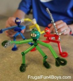 Can you believe these are made from regular drinking straws? 14 of the BEST and most unique things to make with straws - these straw crafts use both paper straws and plastic, and include kids crafts, adult DIY, and unique ideas for teens too. Crafts For Boys, Projects For Kids, Diy For Kids, Fun Crafts, Craft Projects, Arts And Crafts, Craft Ideas, Diy Ideas, Creative Crafts