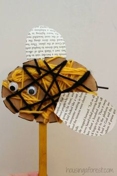 The Warmest Yarn Crafts for Kids! - How Wee Learn Yarn crafts for kids – woven bees Insect Crafts, Bug Crafts, Preschool Crafts, Bee Crafts For Kids, Art For Kids, Arts And Crafts, Weaving For Kids, Yarn Bee, Bee Art