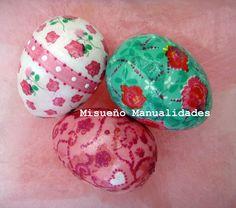 Huevos medianos de porexspan decorados con papeles de decoupage y Patchliner pintura de contorno. Taller de adulto 23 al 28 de marzo 2015.  www.misuenyo.com / www.misuenyo.es