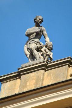 Matyáš Bernard Braun - Clam-Gallasův palác - sochy bohů na atice, Venuše, 1714 Clam, Statues, Statue Of Liberty, Venus, Lion Sculpture, Boho, Art, Get Tan, Statue Of Liberty Facts