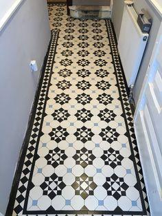 27 Cozy Victorian Small Hallway Floor Ideas - Page 25 of 26 - Modern Decoration Ideas Victorian Hallway Tiles, Edwardian Hallway, Victorian Mosaic Tile, Tiled Hallway, Edwardian House, Hall Flooring, Kitchen Flooring, Hall Tiles, Flur Design