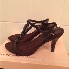 Bandolino shoes dar known leather size 7.5 Dark brown leather sandal with hill comfortable to walk with in very good condition as you can see in the picture good brand size 7.5 Bandolino Shoes