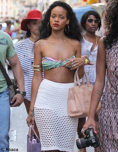 Rihanna est arrivée en France ! Hier, à Saint-Tropez, la petite princesse du R'n'B a fait, comme à son habitude, preuve de provocation dans son look, se baladant dans les rues du village varois en petite jupe en maille blanche, dévoilant son corps sculptural, et en guise de haut, un simple ...