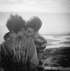 Fecho os olhos e penso em você e por infinitas horas é como se meu corpo fosse transportado para um mundo novo onde a atmosfera é cercada de amor. Nesses momentos nada mais me importa a não ser a doce lembrança dos seus traços, da sua voz que soa para mim como a mais perfeita sinfonia que embala meus sonhos que anseiam tanto por ser tornarem reais.