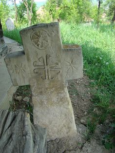 RO CJ Cojocna 2011.2.58 - Biserica de lemn din Cojocna - Wikipedia Building Stone, Wooden Crosses, Ravenna, Crucifix, Cemetery, Funeral, Vikings, Garden Sculpture, Spirituality