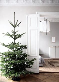 06 a minimalist Christmas tree with black and white ornaments is simple and stylish and will fit any minimalist space - Shelterness Minimalist Christmas Tree, Minimal Christmas, Cozy Christmas, Scandinavian Christmas, Simple Christmas, Christmas Lights, Christmas Holidays, Outdoor Christmas Decorations, Christmas Themes