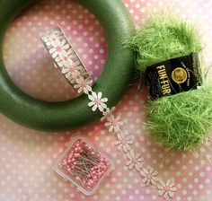 Easter wreath: green fur (grass), daisy ribbon, pink pearl pins. Simple and cute!