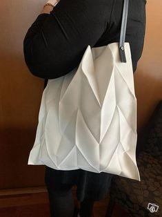 Iittala Issey Miyake kassi Issey Miyake, Leather Backpack, Tote Bag, Bags, Fashion, Eggs, Handbags, Moda, Leather Backpacks