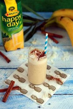 A híres Piña Colada koktél a mi verziónkban Coffee Cocktails, Fun Drinks, Happy Day, Glass Of Milk, Shake, Smoothies, Panna Cotta, Recipies, Cooking Recipes