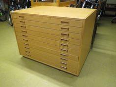 Iso ja massiivinen arkkitehdin laatikosto. Yleisilme siisti, toisessa yäreunassa viiluvikoja, pintajälkiä näkyy. Valmistaja Wulff.  Koko 100 x 73 cm, korkeus 75 cm.  120 euroa.