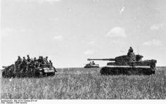 """A Maior batalha de tanques da História - A Operação Cidadela e a Batalha de Kursk - História Ilustrada Divisão Panzer alemã avança contra russos em Kursk. Na foto vemos vários granadeiros """"panzer"""" pegando uma """"carona"""" encima de um caça-tanque StuG III G. Próximo ao StuG podemos ver 2 """"Tigers I"""" prontos para dar suporte às tropas em avanço. (Fotógrafo: Cantzler. Foto disponível no Bundesarchiv - Arquivo Federal Alemão)"""