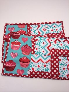 Mug Rug Quilted cupcake coaster with red and teal Small Quilt Projects, Small Sewing Projects, Quilting Projects, Quilting Designs, Sewing Crafts, Quilted Table Toppers, Quilted Table Runners, Small Quilts, Mini Quilts