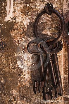 The house I lived in as a child took skeleton keys. So much mystery behind a door with a key like this. Knobs And Knockers, Door Knobs, Door Handles, Under Lock And Key, Key Lock, Antique Keys, Vintage Keys, Vintage Rings, Old Keys