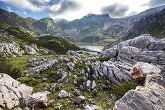 El verde nunca parece acabarse en Asturias. Y no, no es suficiente con subir a los Picos de Europa. El Parque Natural de Somiedo es tan increíble que si te lo pierdes te arrepentirás. Está situado en la Cordillera Cantábrica y lo cubren bosques, prados y varios lagos y lagunas en los que se refleja el paisaje en los días claros. Llévate un buen calzado, quizás unos bastones de senderismo y explora alguna de las muchas rutas, como la de los Lagos.