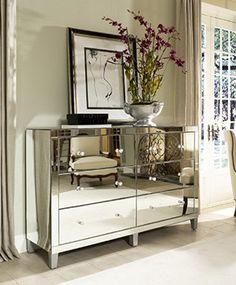 Des meubles et des accessoires étincelant! | CHEZ SOI © Glam Furniture #deco #sejour #meuble #miroir #chrome
