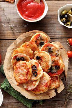 Mini pizza cu iaurt, reteta italiana rapida, gata in 25 de minute! Baby Food Recipes, Healthy Dinner Recipes, Appetizer Recipes, Vegetarian Recipes, Cooking Recipes, Mini Pizzas, Cooking Bread, Vegan Meal Prep, Food Tasting