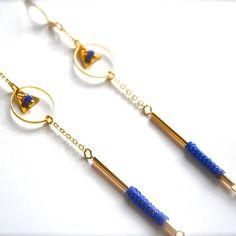 Boucles d'oreille anneau et tube doré, macramé et perle bleu roi -Bijoux ENORA-