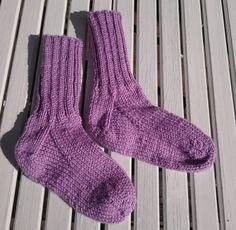 Det är många säger att de inte kan sticka sockar, ofta på grund av hälarna. Här ska vi försöka visa hur man stickar hälar på olika sätt. Vi hoppas att du ska våga prova och för dig som redan kan så… Baby Knitting Patterns, Knitting Socks, Mittens, Visa, Wool, Sewing, Crochet, Creative, Knits