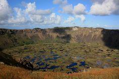 Vista do Vulcão Rano Kau, um dos três centros vulcânicos que teriam dado origem à Ilha de Páscoa, onde é possível fazer trilhas e visitar a antiga aldeia cerimonial de Orongo (foto: Eduardo Vessoni)
