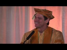 What Jim Carrey explains in 1 minute will change your life forever. Jim Carrey's Commencement Speech at Maharishi University Jim Carrey, Inspirational Speeches, Motivational Speeches, Inspirational Message, Maharishi University, Famous Comedians, Graduation Speech, Choose Love, Before Us