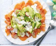 Radieschen-Gurken-Salat auf Lachs mit Mohn-Crème-fraîche