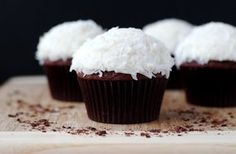 Cupcakes are great chose for desert for every occasion. Here are some recipes for delicious cupcakes that you must try. Kokos Desserts, Coconut Desserts, Köstliche Desserts, Delicious Desserts, Yummy Food, Coconut Cakes, French Desserts, Plated Desserts, Chocolate Coconut Cupcakes