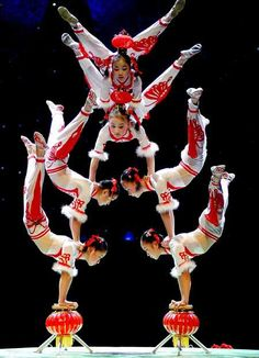 Chinese acrobatics are incredible! Human Sculpture, Sculptures, Art Du Cirque, Chinese Dance, Chinese Style, Gymnastics Poses, Circus Costume, Circus Performers, Masquerade Costumes