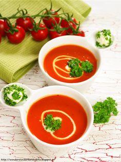 Selbstgemachte Tomatensuppe / Tomatencremesuppe aus sonnengereiften Tomaten mit Zwiebeln, Knoblauch und Olivenöl. Dazu Mini-Mozzarella-Kugeln, die in Petersilie und Basilikum gewälzt wurden.