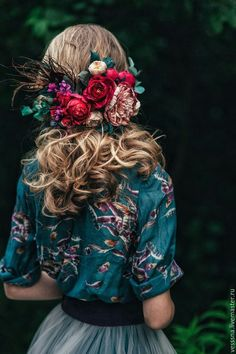 Accessories winter Love her floral shirt and floral hair accessories. Such gorgeous colors in this . Love her floral shirt and floral hair accessories. Such gorgeous colors in this photo. Feathered Hairstyles, Floral Hair, Flowers In Hair, Wedding Flowers, Wedding Colors, Silk Flowers, Bridal Hair, Hair Inspiration, Design Inspiration