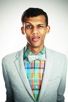 Assortiment blazer + chemise à carreaux + noeud papillon original par Stromae / Unique combination of jacket + checked shirt + bow tie by Stromae