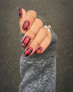 Give Yourself An Early Christmas Gift With One Of These Festive Nail Designs - Let your manicure show your holiday cheer - Photos Plaid nails Holiday Nail Art, Christmas Nail Designs, Fall Nail Designs, Plaid Nail Designs, New Years Nail Designs, Xmas Nail Art, Christmas Design, Plaid Nail Art, Plaid Nails