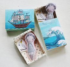 Cute. Miniatur-Milo der Matrose junge Tasche Puppe mit seinem Matchbox-Schiff