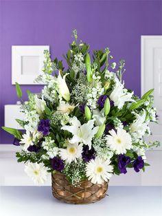 Beyaz lilyum, gerbera ve mevsim çiçeklerinden hazırlanmış büyük boy aranjman. Beyaz lilyum zarafet ve güveni, gerbera iyiliği temsil eder. Beyaz çiçeklerin masumiyeti, mevsim çiçeklerinin en güzel renkleriyle birleşti. Çiçeklerin en güzel halleriyle dolu bu aranjmanla yaşam enerjiniz hiç bitmeyecek.