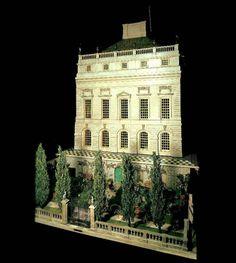 Tiene una habitación del rey y la reina y una caja fuerte que contiene un conjunto en miniatura de las Joyas de la Corona. La casa está construida en una escala de 1 a 12. Se trata de 102 pulgadas de largo por 58 pulgadas de ancho. El jardín está construido dentro de un cajón que se abre debajo de la casa.