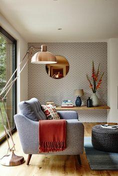 wohnideen wohnzimmer wandtapete retro muster frische akzente wandspiegel