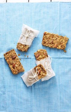 Finally a granola bar for the cheese lover in all of us. Get the recipe for Paprika Parmesan Granola Bars Easy Healthy Breakfast, Breakfast Ideas, Healthy Breakfasts, Healthy Snacks, Healthy Recepies, Nutritious Snacks, Healthy Granola Bars, Muesli Bars, Peanut Butter Granola