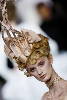 chiffonandribbons: Melody Woodin, Christian Dior Couture F/W 2007 John Galliano, Pointe Shoes, Ballet Shoes, Ballet Inspired Fashion, Crazy Hats, Big Hats, Givenchy, Christian Dior Couture, Dali