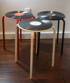 Check out this new collection of handmade furniture featuring 16 Superb Handmade Coffee Table and Side Table Designs For Your Living Room. Record Decor, Record Table, Vinyl Record Crafts, Music Furniture, Cool Furniture, Skateboard Furniture, Retro Furniture, Diy Coffee Table, Diy Home Decor