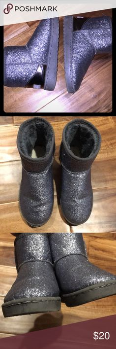🧣 Glittery boots Size 7/7.5 (marked as a size 38 which is an 8 but run small), silver glitter boots in gently used condition. Shoes