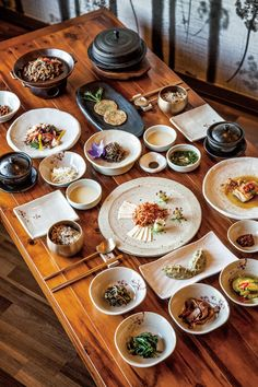 Korean Table Layout - Food Plating from different cultures. Korean Dishes, Korean Food, Spicy Recipes, Asian Recipes, K Food, Food Photography Tips, Food Plating, Teller, Food Presentation