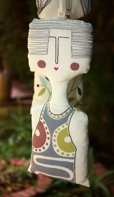 Muñeca colgalte. Tela pintada y pespuntes. C.Fraile 2013