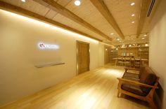 たくさんのアイデアを詰め込んだオフィス|オフィスデザイン事例|デザイナーズオフィスのヴィス Office Entrance, Office Reception, Wellness Clinic, Office Designs, Office Style, Office Fashion, Offices, Designers, Stairs