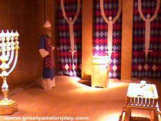 Het gouden altaar van wierook, die is niet te verwarren met de brutale altaar, zat aan de voorzijde van het gordijn dat gescheiden van het heiligdom van het Heilige der heiligen. Dit altaar werd kleiner is dan het schaamteloze altaar. Het was een vierkant met elke zijde 1.5 voeten en 3 voet hoog. Het was gemaakt van acaciahout en overtrok met puur goud. Vier hoorns staken uit de vier hoeken van het altaar.
