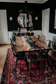 A Modern, Moody, Victorian Home at Christmas - Miranda SchroederYou can find Dream house and more on our website.A Modern, Moody, Victorian Home at Christmas - Miranda Schroeder Vintage Home Decor, Diy Home Decor, 70s Decor, Vintage Apartment Decor, Vintage Homes, Home Interior, Interior Design, Sweet Home, Diy Casa