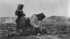 Eine Mutter kniet über ihrem toten Kind: Mehr als eine Million Menschen wurden bei den Deportationen und Massakern während des Ersten Weltkriegs getötet -  Gedenken an den Völkermord in Armenien   Der Weg des Grauens -  Am 24. April 1915 beginnt im Osmanischen Reich der Genozid an den Armeniern. Er dauert zwei Jahre, mehr als 1 Million Menschen werden getötet. 100 Jahre später weigert sich die Türkei noch immer diesen Völkermord auch so zu nennen. Was damals geschah…