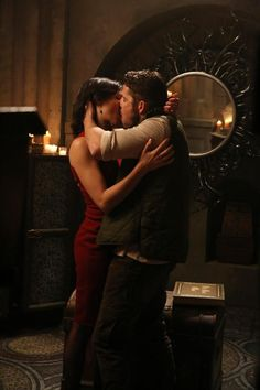 Pin for Later: The Sexiest TV Moments of 2014 Once Upon a Time Regina (Lana Parrilla) and Robin Hood (Sean Maguire) have a makeout session.