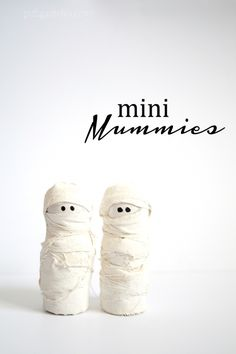 DIY mini mummies Halloween decoration! Are these the absolute cutest Halloween craft you've ever seen, or what?