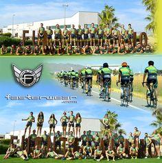 """Los componentes del """"Club Triatlón FUENTE ALAMO"""" posan orgullosos con sus nuevas equipaciones personalizadas FasterWear.com"""