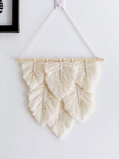 Macrame Wall Hanging Patterns, Yarn Wall Hanging, Macrame Patterns, Diy Home Crafts, Diy Arts And Crafts, Diy Christmas Garland, Boho Diy, Bohemian Crafts, Deco Boheme